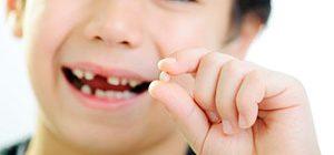 Как вырвать молочный зуб без боли