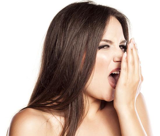 Кислый запах изо рта у взрослых и детей: причины и лечение