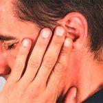 Болит зуб и отдает в висок и ухо: причины и что делать