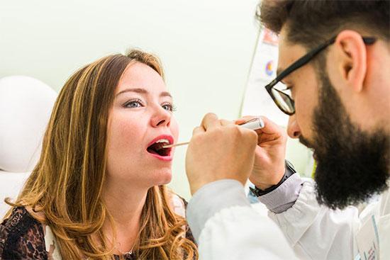 К какому врачу обратиться, если болит язык сбоку