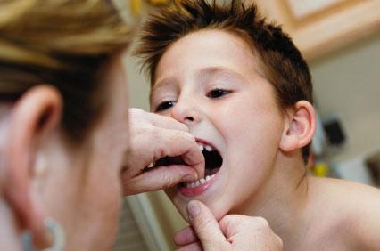 Как без боли удалить ребенку молочный зуб