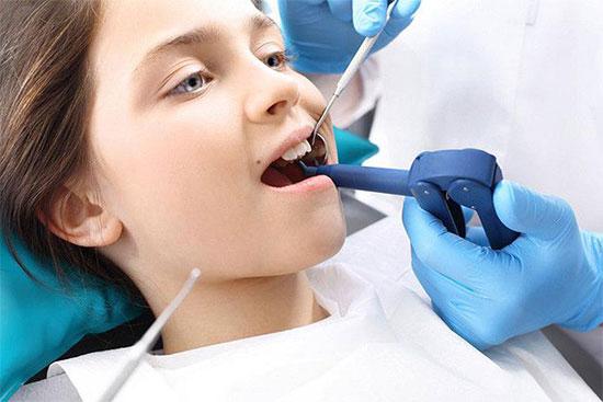 У ребенка зуб растет вторым рядом: помощь стоматолога